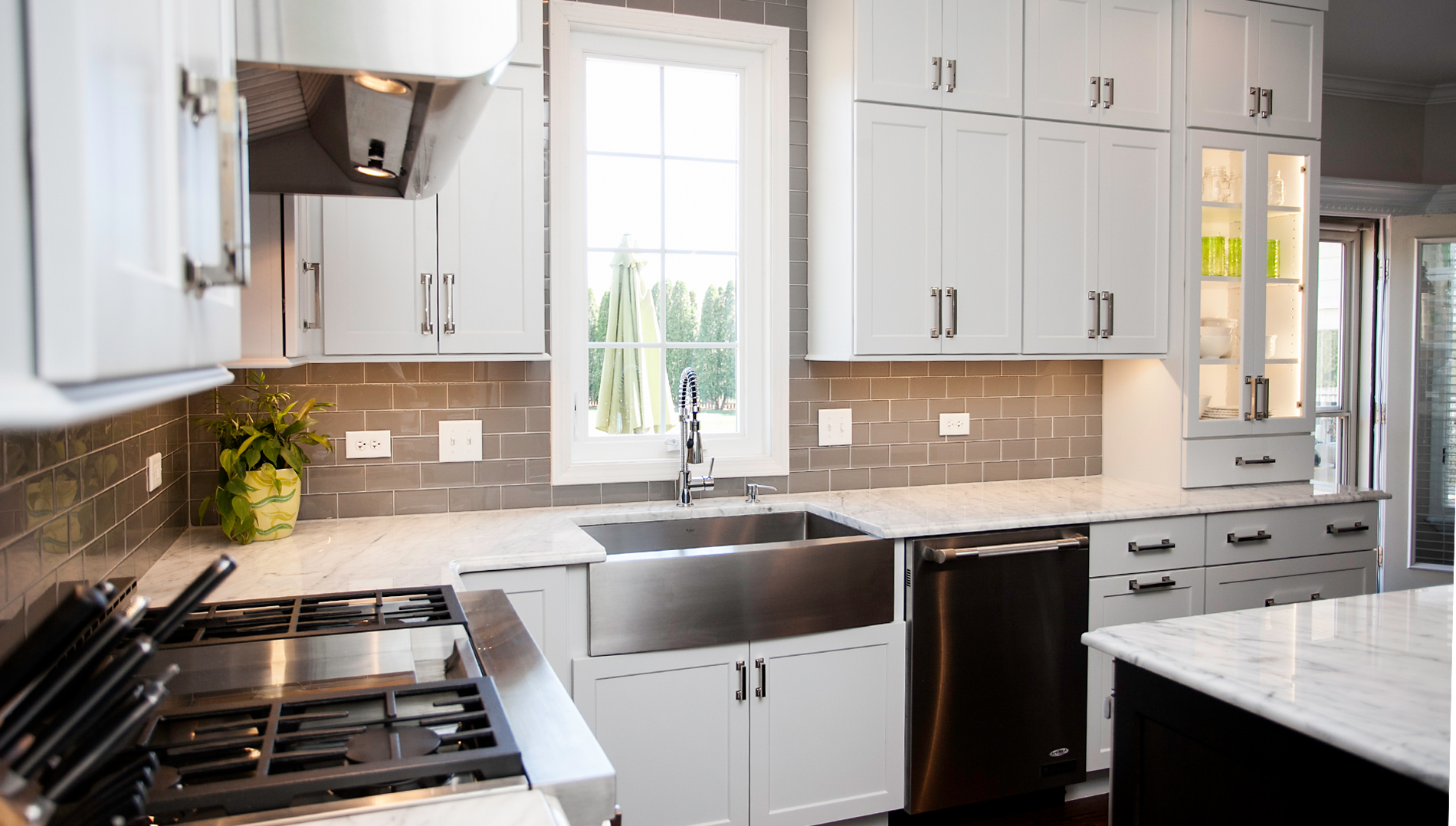 Kitchen Backsplash With White Shaker Cabinets